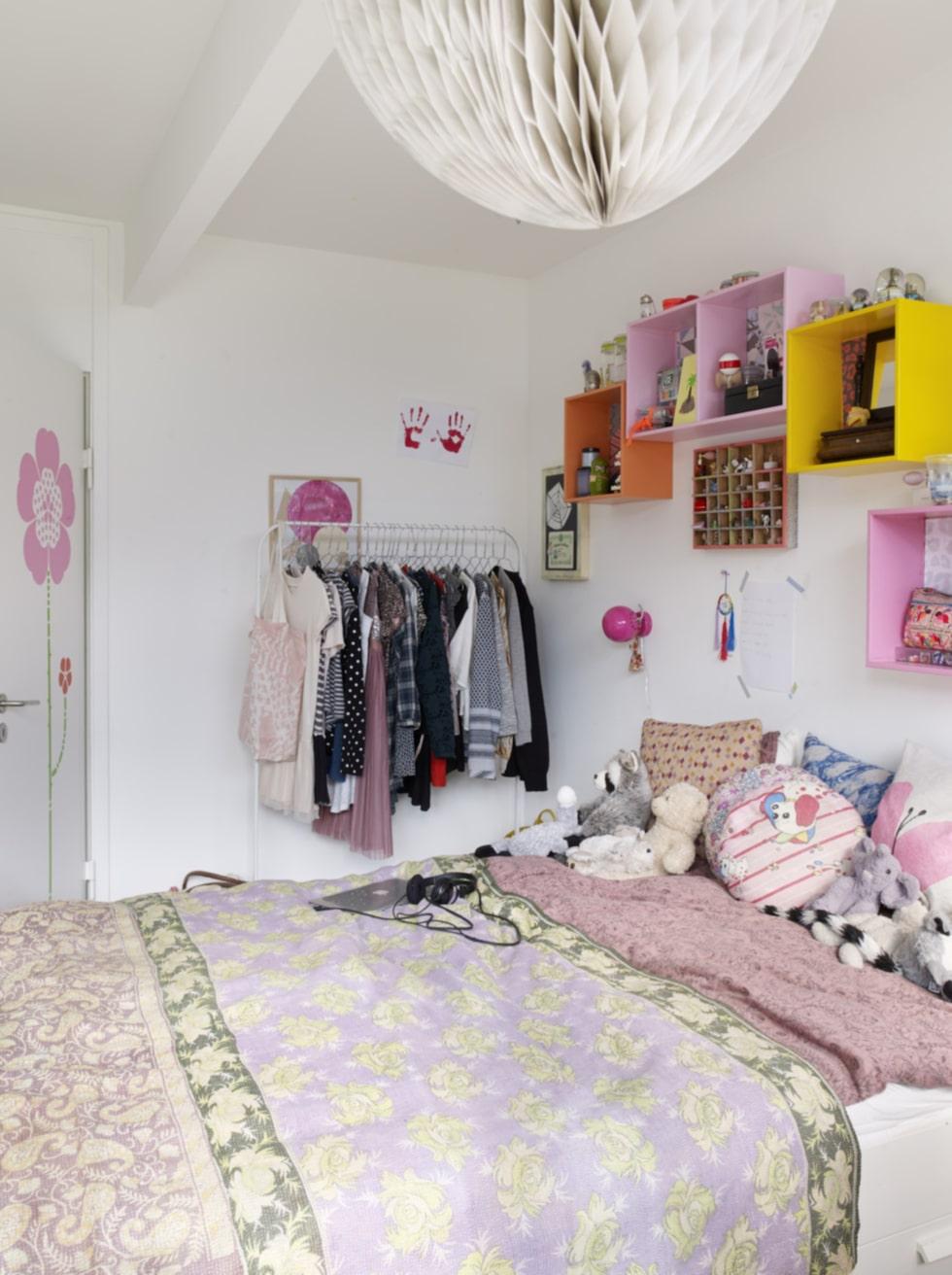 Paulas rum är inrett färgstarkt precis som resten av huset. De färgglada hyllorna är tapetserade inuti med olika mönster och färger. Kuddarna och sängkläderna är från Soft gallery, det lilla överkastet är från andrealarsson.com.