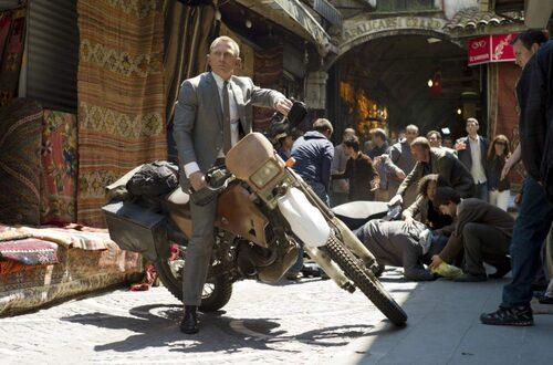 Daniel Craig som Bond utanför basaren i Istanbul.