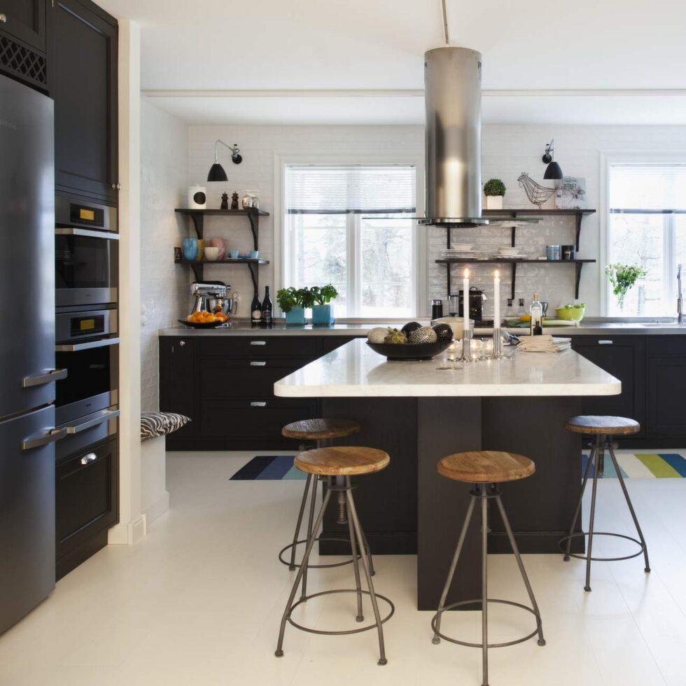 Undanplockat och välstädat gäller, speciellt i kök och badrum. I köket kan man ställa fram färska örter, flaskor med oljor och ha ett fat med fräscha frukter eller grönsaker.