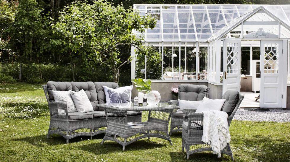 Utegrupp Orleans i grå konstrotting med soffa, bord och två fåtöljer, 17 980 kronor, Mio.