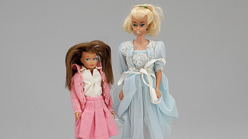 Barbie och Skipper, dockor från 60-talet. Tillhörande kartonger och boxar med handtag. Sålda för 2000 kronor.