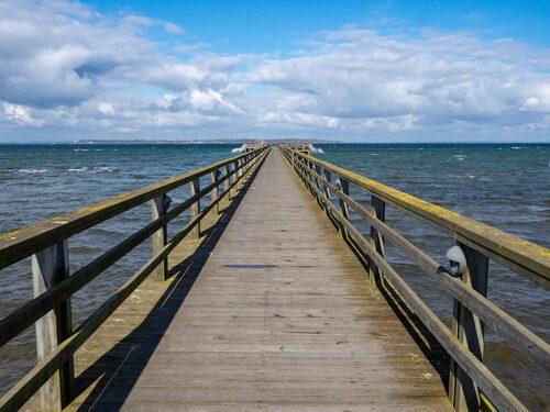 Badbryggan vid Lill-Ola sträcker sig ut i Öresund som en lång tunga på 210 meter.