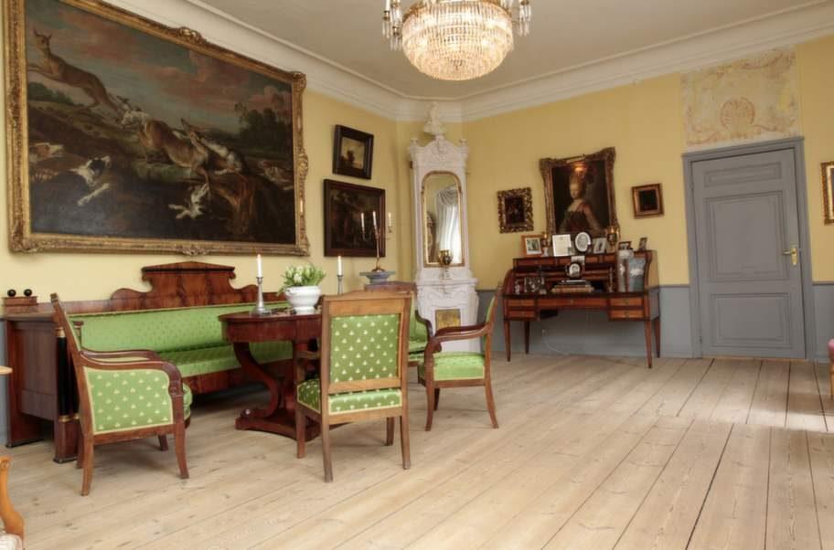 Soffgrupp. Den gröna Karl-Johangruppen har funnits i huset sedan svunnen tid. Kakelugnen härstammar från författaren Hjalmar Bergmans föräldrahem.