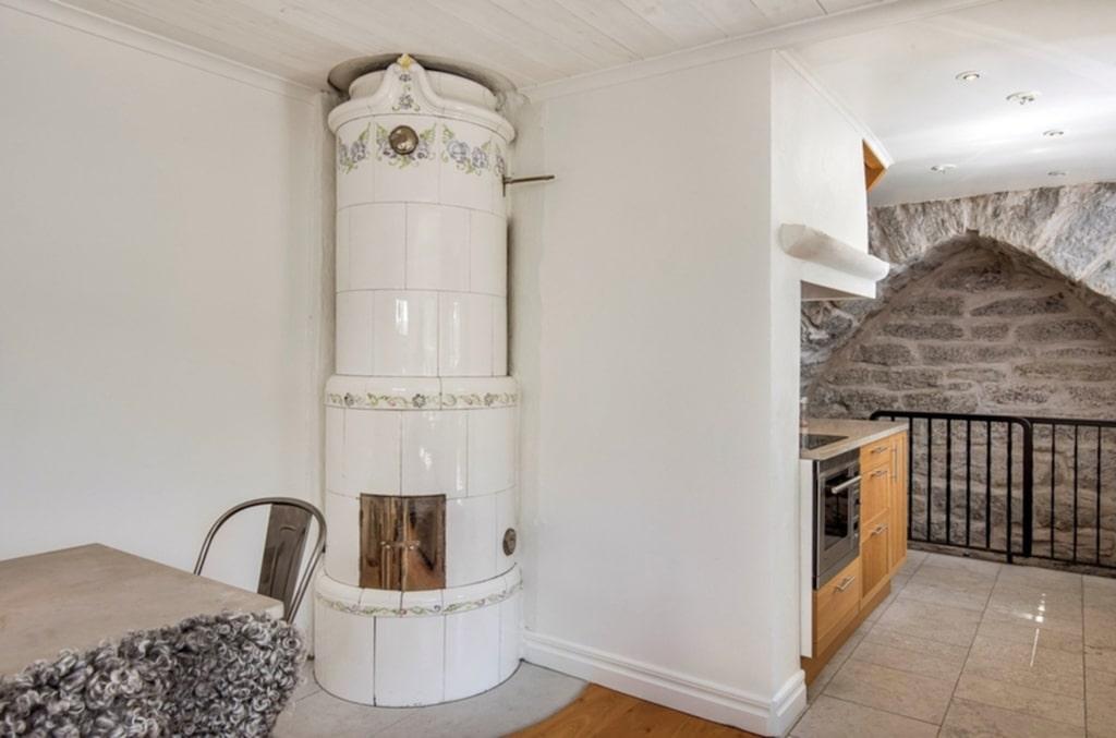 <p>Huset är från 1700-talet och har en härlig kakelugn i allrummet. Det är öppen planlösning mellan rummet och köket och här ser man rakt in i muren.<br></p>