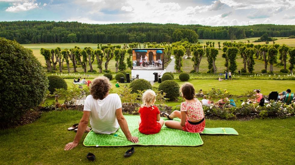 På Wenngarns slott arrangeras det gratis utomhusbio i trädgården på somrarna.