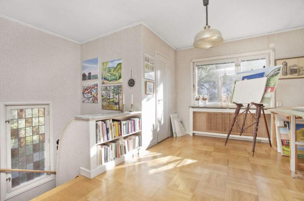 Huset har på sina ställen renoverats, men mäklaren är imponerad över hur välbevarat det är. Ägarna har tagit väl hand om huset.