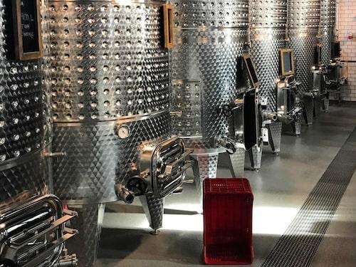 The Winery Hotel gör sitt eget vin - gå på rundtur och se hur det går till.