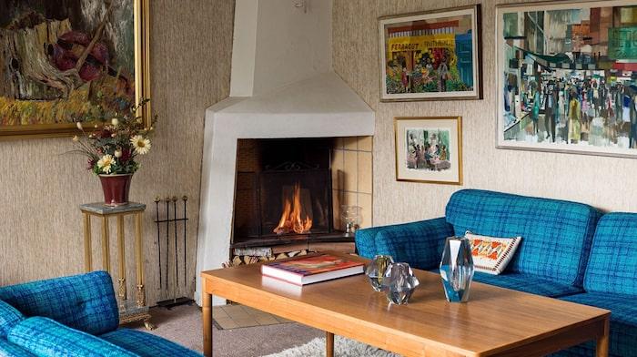 I vardagsrummet som ligger en halv trappa ner finns den vackra eldstaden.
