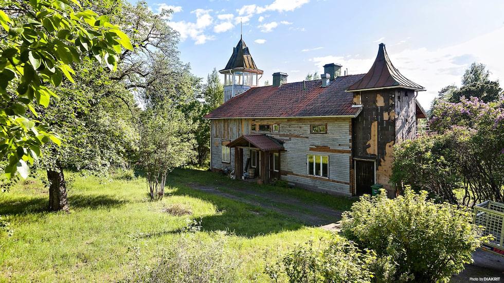 Utanför husets i nuläget sunkiga träväggar finns en trädgård på 6 392 kvadratmeter.