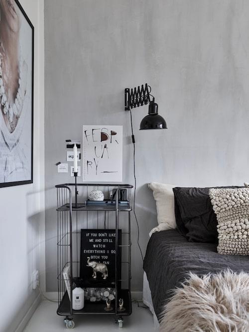 På väggen sitter Patricijas poster, Printler. Vägglampa, Ellos.