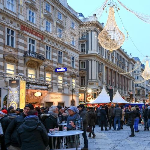 Nyårsfirandet i Wien bjuder på klassisk musik men också mat och underhållning utomhus.
