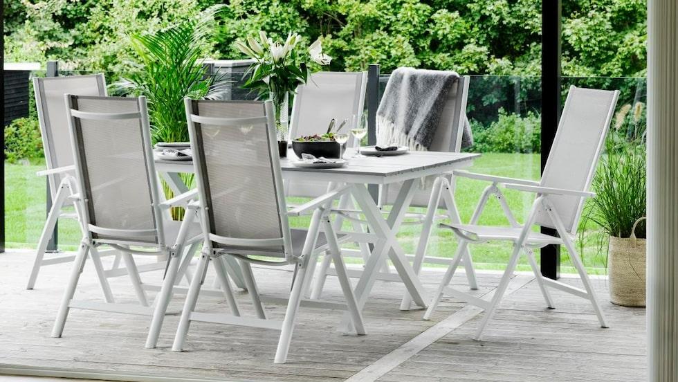 Förutom matgrupper och loungemöbler kommer sortimentet bestå av parasoller, hängmattor och dynor. Här är bordet Neapel samt stolen Nepal.