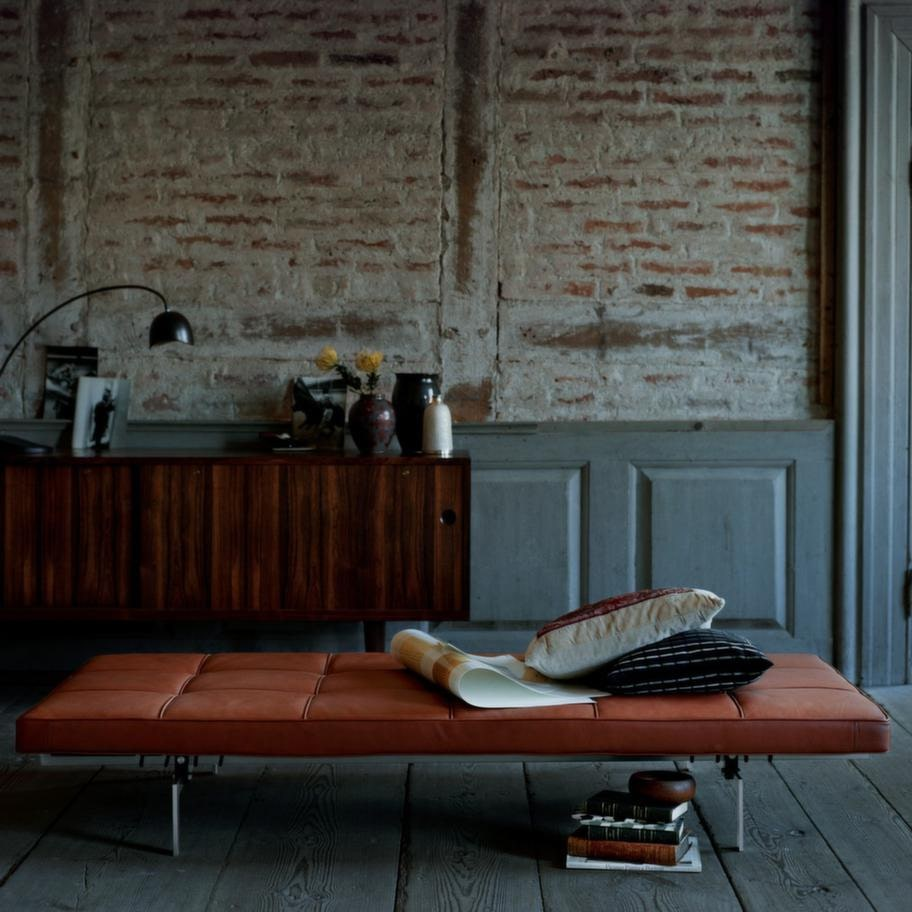 Dagbädd PK80 är formgiven av Poul Kjærholm som fick inspirationen till bädden från Bauhaus, som i sin tur inspirerades av antika romerska soffor, av satinborstat rostfritt stål/läder, 119 000 kronor, Fritz Hansen.