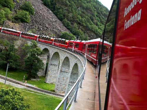 Tåget är ett sätt att resa som ligger djupt förankrat i schweizarnas själsliv och som de är mycket stolta över.