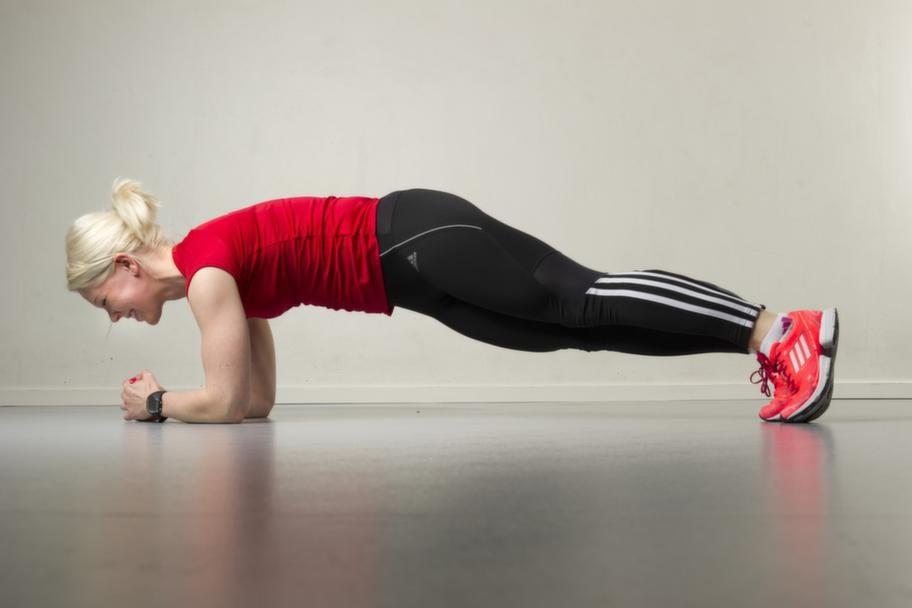Set 2 Övning 2 Plankan med hoppStå i plankan. Sug in naveln och tänk på att det ska vara en rak linje mellan armbågar och axlar. Hoppa med båda fötterna från sida till sida. Repetera 20 gånger.Lättare variant: Gå med en fot i taget i stället för att hoppa. Att stå på knä är en annan enklare variant.