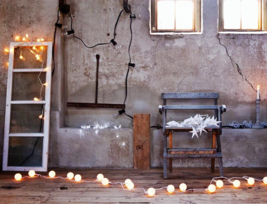GAMMALT & NYTTPå det gamla fönstret ligger en slinga med små snöflingor, 189 kronor, Granit. På nischen, batteridriven slinga med silverkulor, 49 kronor, Clas Ohlson. Ovanför hänger den svarta slingan med glödlampor, går att använda utomhus, 449 kronor, Granit. På trädgårdsstolen, slingan Mini Stella från Watt & veke, 349 kronor, designonline.se. Bakom betongljusstakarna från Tove Adman, slinga som går att använda inne och ute, 299 kronor, Rusta. På golvet längst fram, slinga med snöbollar, 199 kronor, Household.