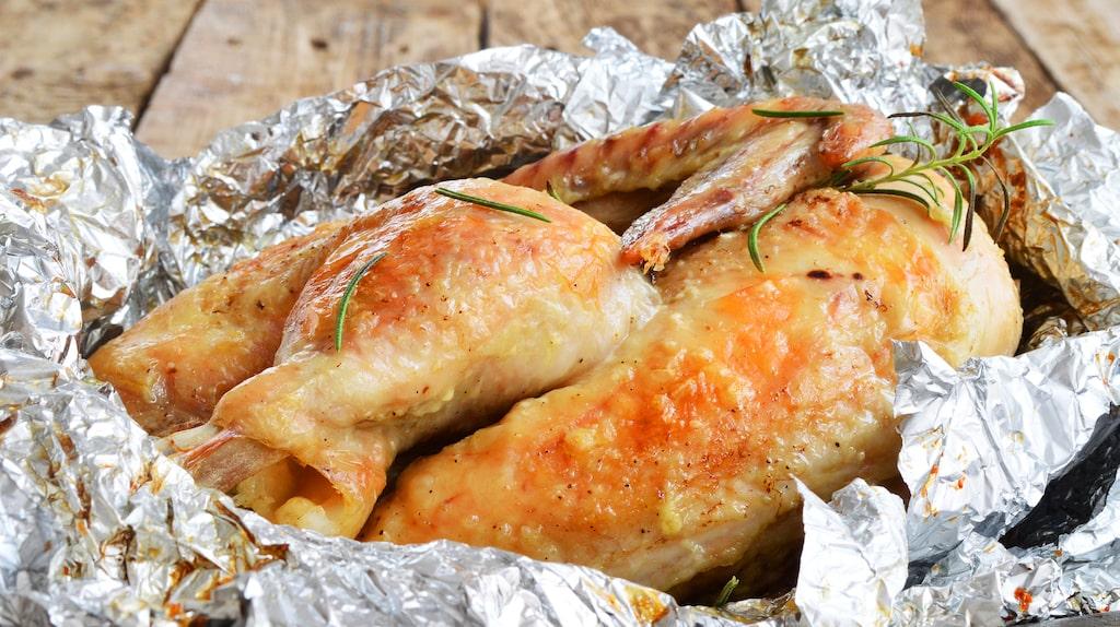 Brukar då också använda aluminiumfolie till matlagningen? Enligt ny forskningsrapport läcker gifter in i maten och sen i din kropp. Extra skadligt blir det med syrlig och kryddstark mat som tillreds i höga temperaturer...
