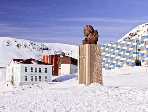 Lenin blickar ut över gruvorten Barentsburg.