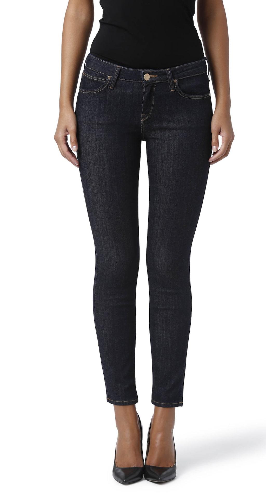 Stretchiga. Scarlett-Jeans i femficksmodell från Lee. Smal modell med normal midja och smala ben. Stretchig. Klassisk mörk tvätt, 899 kronor, MQ.