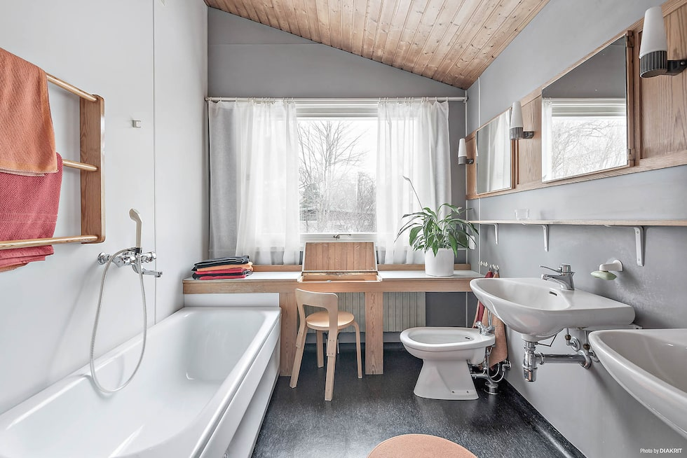 På våning tre ligger det stora badrummet med badkar, dusch, dubbla handfat, inbyggda badrumskåp, med armaturer design Sigvard Bernadotte, och praktiskt sminkbord.