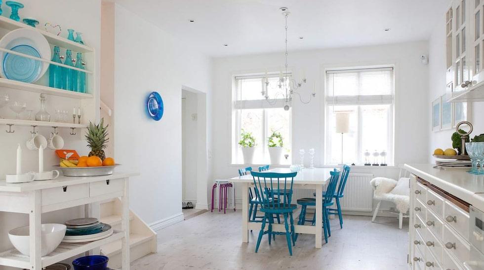 Köket gjordes rymligt och fick ett stort bord från Ikea med gott om plats för vänner. Stolarna har Malin köpt på loppis och målat i sin favoritfärg turkos. Tallrikshyllan används flitigt och skapar stämning.