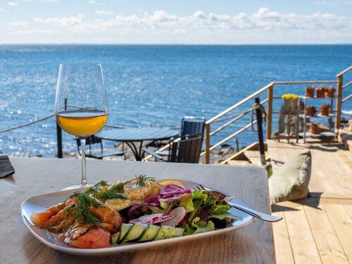 Mat med vågskvalp och Öresundsutsikt på Ransvik havsveranda.