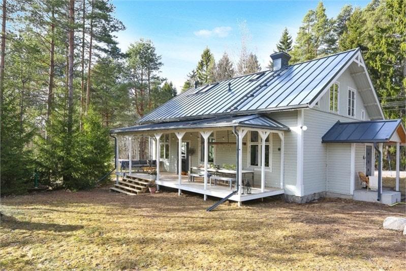 Det gamla missionshuset från 1888 är en som en dröm inuti. Paret som säljer har topprenoverat allt under två års tid.