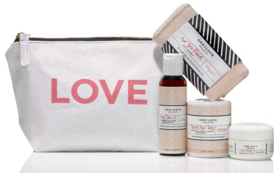 Endast för ansiktetNamn: Essentials To Go Kit, One Love. Bomullsnecessär med fyra vårdande produkter för ansiktet. Pris 399 kronor, 4,1 kronor per ml + tvättlapp.Innehåll: Foaming cleanser/66 ml, Microderma scrub & masque/15 ml, Skin savior balm/15 ml, Tvättlapp skin sammy.Material: Söt necessär i bomull med blixtlås, påfyllningsbara plastförpackningar, pappburk och tvättlapp i tyg. Vikt: 218 gram.Övrigt: För ekofashionistas, passar alla hudtyper.Expertens kommentar: Ett set med väldoftande natur- och miljövänliga produkter för ansiktet som gör huden len och mjuk. Pluspoäng för att necessären kan tvättas vilket ger den en längre livslängd samt att plastflaskan med rengöring liksom burken med ansiktskräm kan fyllas på. Minuspoäng eftersom necessären endast innehåller produkter för ansiktet.Läs mer: www.e-beautyshop.com