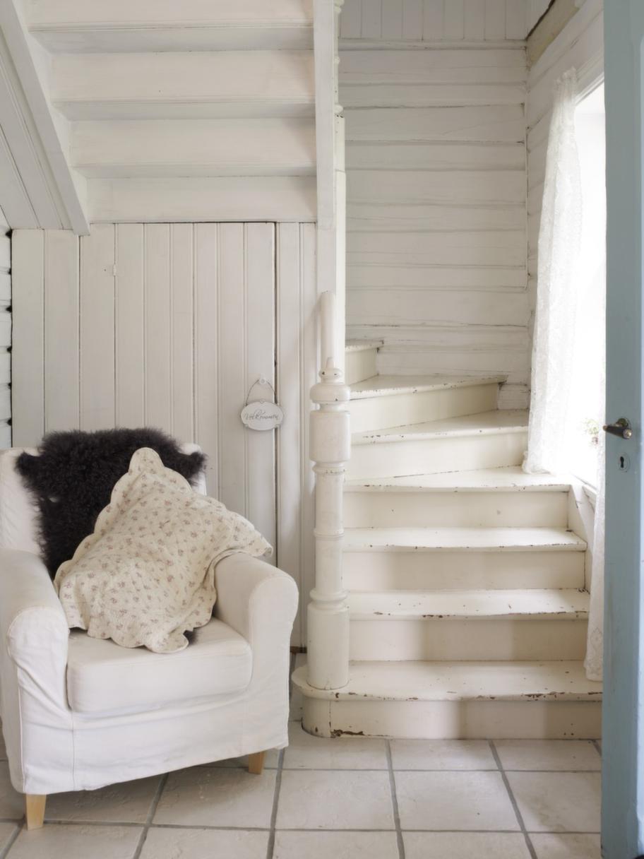 Näpet nött. Även trappan till övervåningen har en charmigt sliten patina. Det är viktigt för Tone att husets gamla själ finns med överallt.
