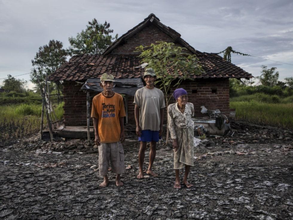 Bilderna visar den tragiska verkligheten för de som fortfarande lever i Sidoarjo-provinsen i Indonesien.