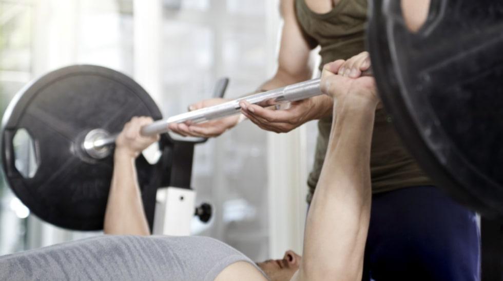Bänkpress med skivstång är en klassisk övning som är väldigt effektiv. Ta gärna hjälp av en träningskompis när du ska öka vikten.