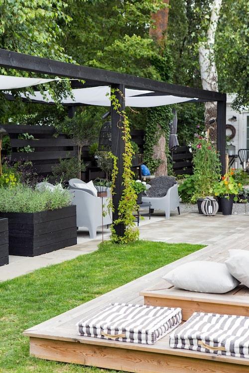"""Från att ha varit en stor och """"tråkig"""" gräsplan har ytan med annex, trädäck, pergola och odlingslådor blivit trädgårdens favoritrum. Kvar finns bara en liten gräsmatta som mjukar upp helheten."""