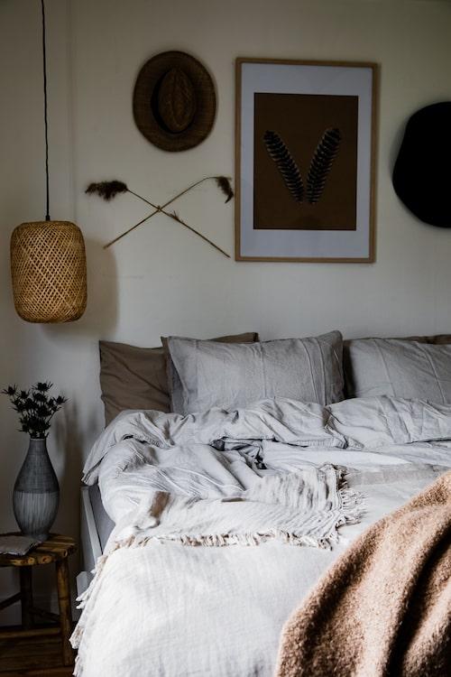 Sovrummet känns avslappnat och harmoniskt med en avskalad och varm färgskala. Filt, H&M Home. Tavlan är egengjord. Lampa, Søstrene Grene. Vas, Rum 21.