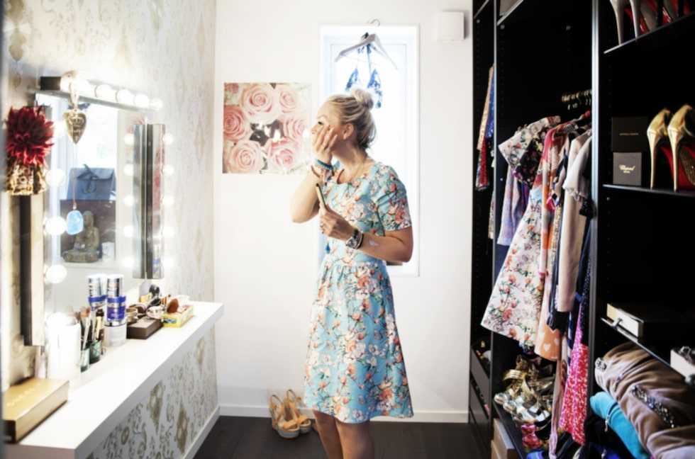 Rymlig. Emilia sminkar sig i sin stora, härliga walk-in-closet.
