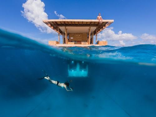 Kanske det mest berömda flytande hotellet av dem alla – på grund av sitt spektakulära sovrum med väggar av glas fyra meter nere i ett kristallblått vatten.