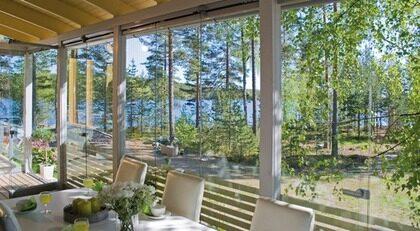 GLASA IN DIN UTEPLATS. Lumon Typ: Svenska Lumon AB arbetar med inglasning av altaner, balkonger och terrasser. Genom att glasa in uteplatsen skapar man ett behagligt klimat och förlänger utesäsongen. Med generösa glaspartier bjuder man in naturens alla skiftningar och sitter alltid på första parkett. Pris: Utförlig information och prisuppgift lämnas av Lumon. Info: www.lumon.se.