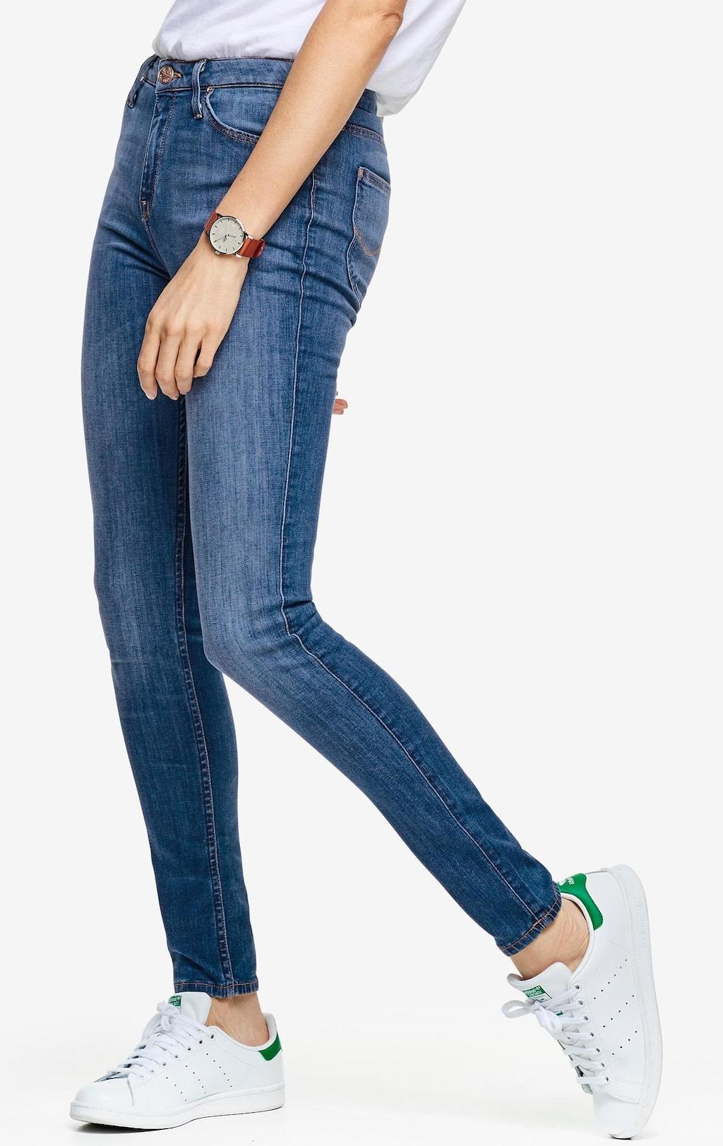 Håller in. Jeans Scarlett High från Lee i riktigt följsam stretchdenim. Modell med smal passform och hög midja samt smala lår och benslut. Klassisk modell med fem fickor och dekorstickade sömmar, 999 kronor, Ellos.