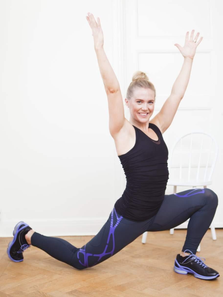 2    Lyft en fot rakt bakåt samtidigt som du reserupp överkroppen med raka armar och sjunker ner i ett djupt utfall. Håll bäckenet rakt i det nedersta läget.3    Pressa fram foten igen samtidigt som du sänker ner händerna mot golvet och hamnar i den breda djupa knäböjspositionen du startade i. Byt sida.