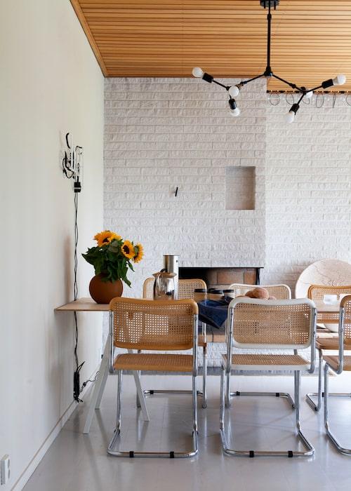 Stolarna i Bauhaus-stil kommer ursprungligen från vänner och släkts förråd eller är fyndade på loppis.