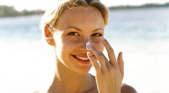 RYNKFRI. Solkräm är bästa sättet att undvika rynkor.