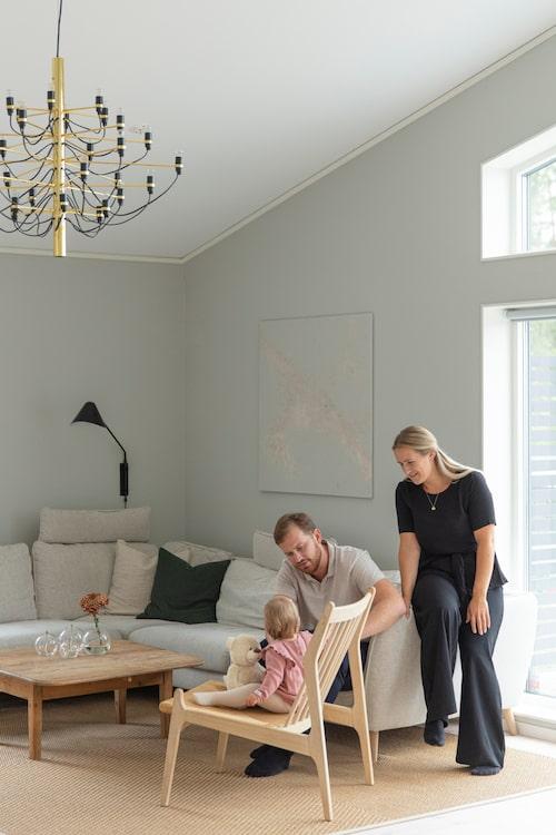 Soffa Madison, Mio. Loungestol Visby, Jotex. Vägglampa, Ellos. Tavlan är ett verk av Angelica och hennes syster Elina. Matta, Ikea. Ljuskrona i mässing, design Gino Sarfatti, Flos.