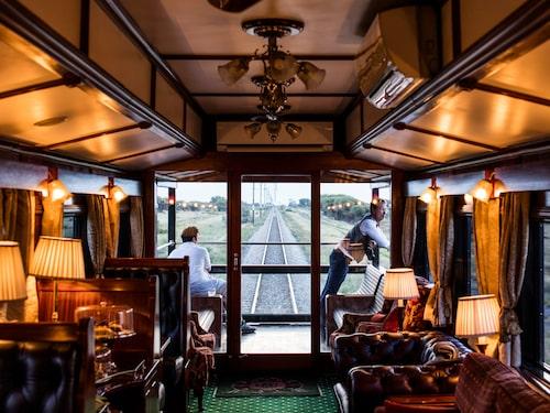 Sista vagnen i tågsättet är en utsiktsvagn med bar och öppet däck.