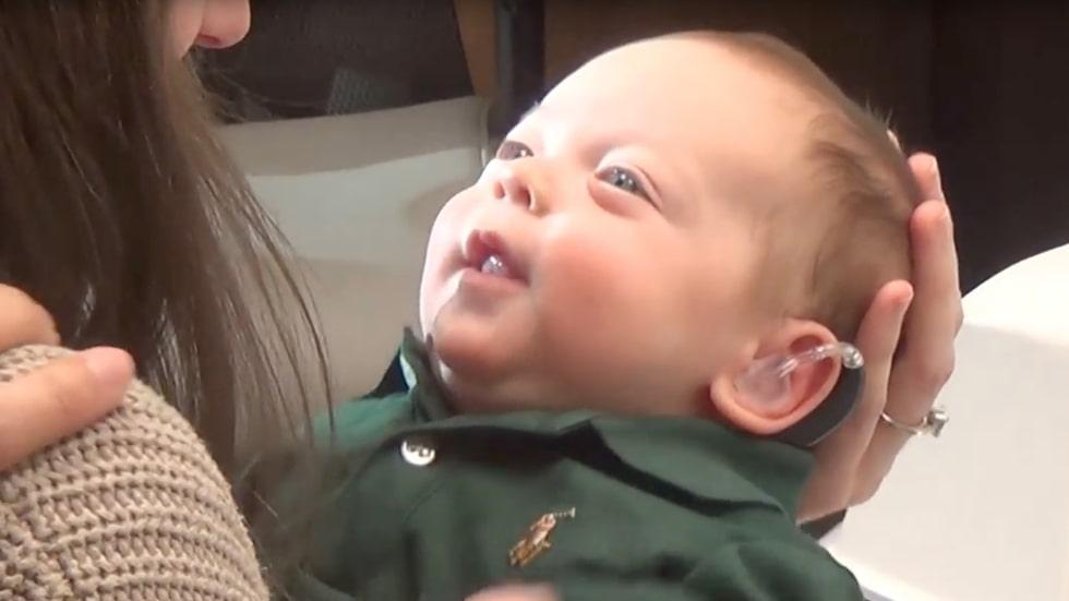 Två månader gammal får Archer äntligen en hörapparat - och han kan för första gången höra mamma och pappas röster.