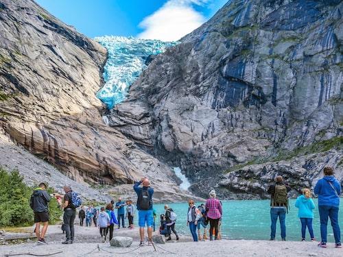 Besökare får inte gå nära glaciären på grund av lavinrisk.