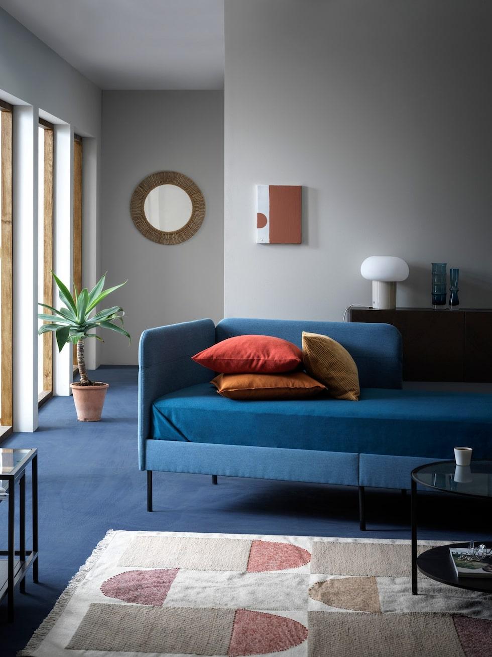 Starkt blått som accentfärg kommer vi få se mycket av. Klädd sängstomme, Blåkullen med hörnhuvudgavel, 1 490 kronor, Ikea.