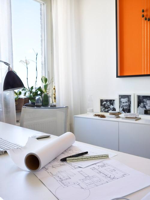 Våningens minsta rum har Gun inrett till arbetsrum. Lampa, Gubi. Konstverk av Tom Ahlström.