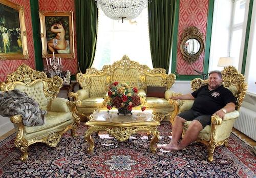 """""""Vi lämnar till och med möblerna med äkta bladguld, de som bara har beställts av mig och Saddam Hussein i hela världen."""""""