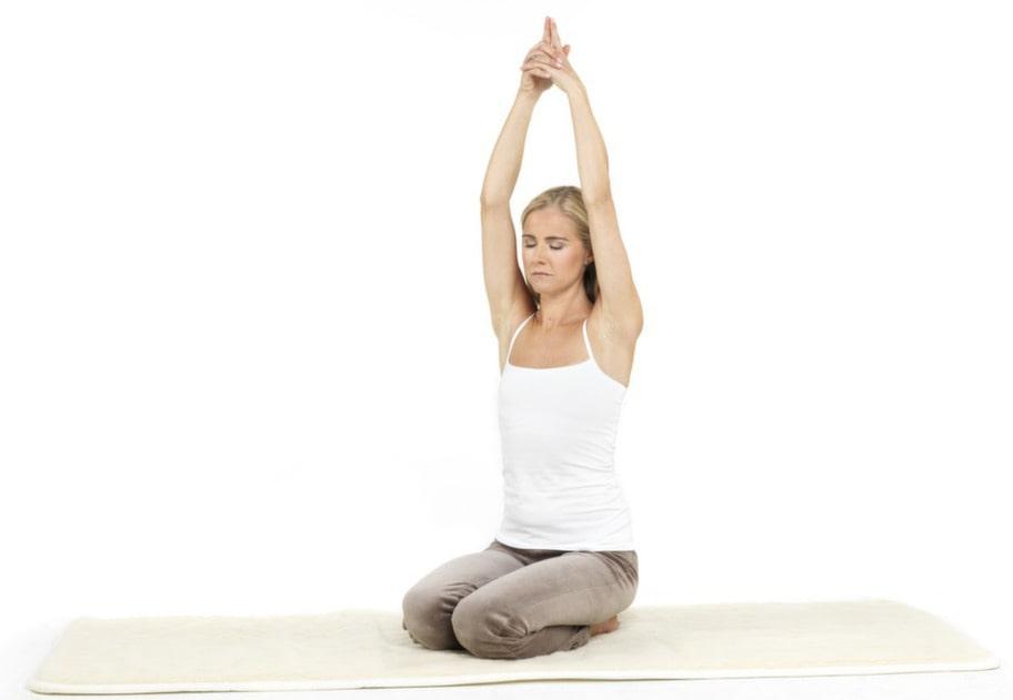 5. Sat krya: Sträck upp armarna så att dina överarmar trycker lätt in mot öronen. Dina fingrar är sammanflätade med pekfingrarna uppåt. Andningen reglerar sig själv. En kraftfull övning som balanserar hela energisystemet.