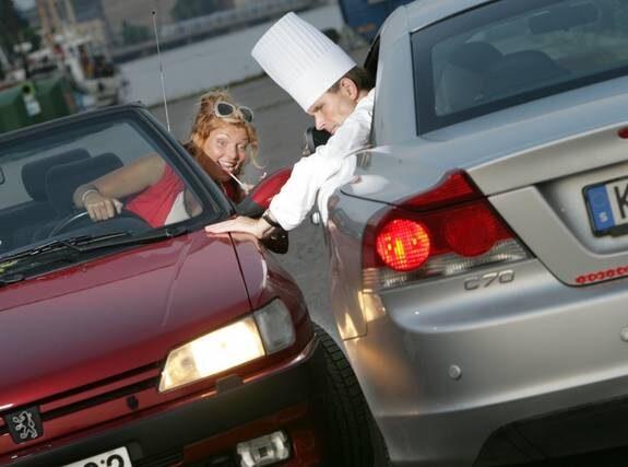 TRAFIKKATASTROF. Manliga kockar och kvinnliga frisörer kör sämst i trafiken. Frisören Mirre Hammarling håller inte med men kändiskocken Melker Andersson tror att kockar kan vara slarviga, trots att han själv kör som en gud.