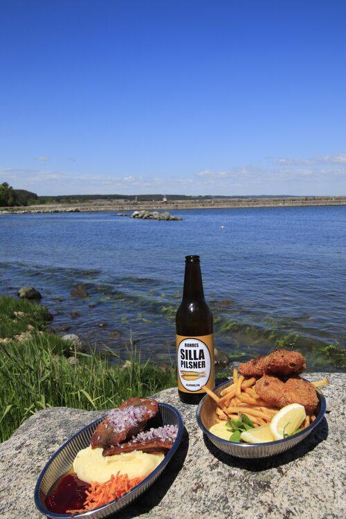 Stek sill och fish and chips på Buhres i Kivik. Två klassiker som mättar.